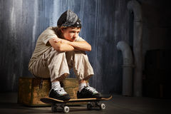 Унылое усаживание подростка стоковые фото