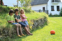Унылые дети на каменной стене Стоковая Фотография