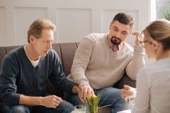 Унылые несчастные пары гомосексуалиста держа их руки Стоковое Изображение