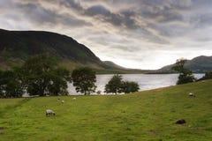Унылые облака над водой Wast в Cumbria, Англии стоковые изображения rf