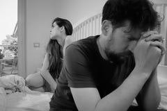 Унылые пары в кровати имея прекращать проблемы черно-белый Стоковые Фотографии RF