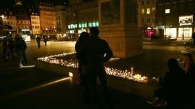 Унылые пары и другие люди смотря свечи в центре страсбурга акции видеоматериалы