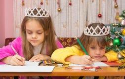 Унылые сестры пишут письмо к Санта Клаусу Стоковые Изображения RF