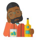 Унылый африканский человек самостоятельно в пиве бара выпивая Стоковые Изображения RF
