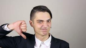 Унылый бизнесмен показывая большие пальцы руки вниз акции видеоматериалы