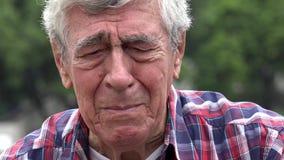 Унылый и расстроенный старик акции видеоматериалы