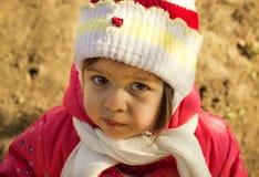 Унылый маленький ребенок думая в солнечном зимнем дне Стоковое фото RF