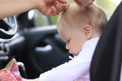 Унылый младенец в автомобиле и руках ` s женщины Стоковое фото RF