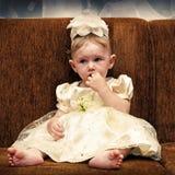 Унылый младенец на софе Стоковая Фотография