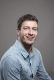 Унылый портрет успешного бизнесмена CEO (главный исполнительный директор) детенышей усмехаясь на камере Стоковые Изображения RF