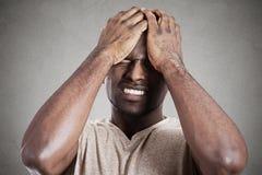 Унылый подавленный, усиленный, один, разочарованный хмурый молодой человек стоковые изображения rf