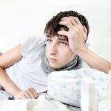 Унылый подросток с гриппом стоковые фотографии rf