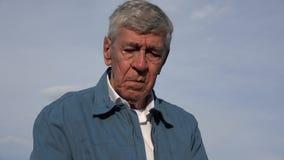 Унылый плача печальный пожилой старик Стоковые Фото