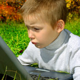Унылый ребенк с компьтер-книжкой Стоковая Фотография