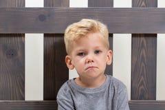 Унылый ребенок мальчика самостоятельно стоковые изображения