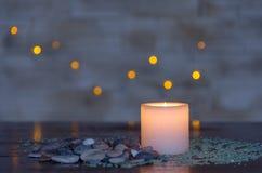 Унылый свет горящей свечи с славным пушистым светлым bokeh Улучшите для курорта Стоковое Изображение RF