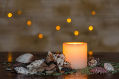 Унылый свет горящей свечи с славным пушистым светлым bokeh Улучшите для курорта Стоковая Фотография