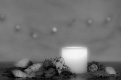 Унылый свет горящей свечи с славным пушистым светлым bokeh Улучшите для курорта Стоковые Фото
