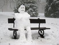 Унылый сиротливый снеговик усаженный самостоятельно Стоковое Изображение RF