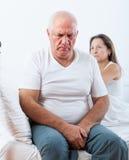 Унылый старший человек около унылой женщины Стоковые Изображения RF