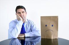 Унылый человек сидит на таблице самостоятельно Стоковые Фото