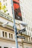 Уолл-Стрит подписывает внутри город Манхаттана, Нью-Йорк Стоковые Изображения