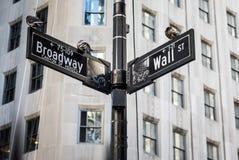 Уолл-Стрит подписывает внутри город Манхаттана, Нью-Йорк Стоковые Фото