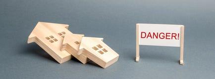 Упаденные дома Опасность надписи Концепция аварийного дома Загубленные дома от которое опорожнение резидентов необходимо стоковые фото