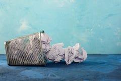 Упаденный мусорный бак для бумаги Разбросанные шишки бумаги Красивая предпосылка с местом для текста ящик пустой Стоковое фото RF