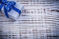 Упакованный настоящий момент на винтажных праздниках co поздравительной открытки деревянной доски Стоковое фото RF