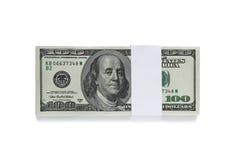 Упакованный 100 долларовым банкнотам на белизне Стоковое Изображение