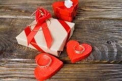 Упакован подарок связал с красной лентой в центре чего лож шкентель в форме clogs с гениальным Стоковое Изображение RF