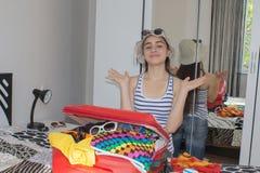 Упаковка девушки подготавливая на летние каникулы Маленькая девочка пакуя s Стоковые Изображения RF
