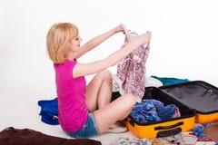 Упаковка детенышей довольно женская ее чемодан раньше стоковые фотографии rf
