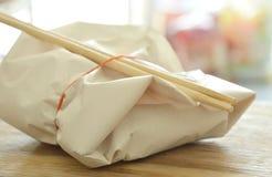 Упаковка еды в бумажных и деревянных палочках для принимает домой Стоковое Изображение