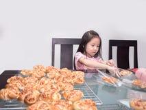 Упаковка прелестной девушки ребенк отдельная испекла сосиску свинины с mayo Стоковые Изображения RF