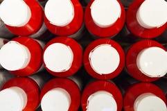 Упаковка стойки кетчуп на таблице симметрично с крышками вверх Стоковые Фото