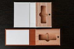 Упаковка для приводов USB Коробка с - фотографом ручки Деревянные коробки на темной предпосылке Стоковые Фотографии RF