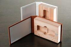 Упаковка для приводов USB Коробка с - фотографом ручки Деревянные коробки на темной предпосылке Стоковые Изображения