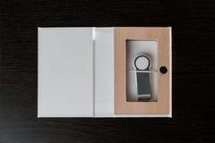 Упаковка для приводов USB положите handmade в коробку Деревянные коробки на темной предпосылке Стоковое Изображение RF