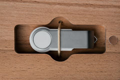 Упаковка для приводов USB положите handmade в коробку Деревянные коробки на темной предпосылке Стоковые Фотографии RF