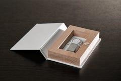 Упаковка для приводов USB положите handmade в коробку Деревянные коробки на темной предпосылке Стоковая Фотография