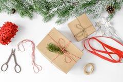 Упаковывая подарки рождества в коробках на белом взгляд сверху предпосылки Стоковая Фотография RF
