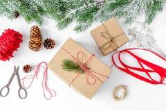 Упаковывая подарки рождества в коробках на белом взгляд сверху предпосылки Стоковые Изображения RF