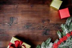 Упаковывая подарки рождества в коробках на деревянном взгляд сверху предпосылки Стоковое фото RF