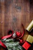 Упаковывая подарки рождества в коробках на деревянном взгляд сверху предпосылки Стоковые Изображения