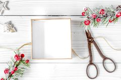 Упаковывая подарки рождества в коробках на деревянном взгляд сверху предпосылки Стоковая Фотография RF