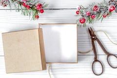 Упаковывая подарки рождества в коробках на деревянном взгляд сверху предпосылки Стоковая Фотография