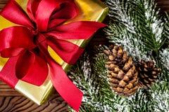Упаковывая подарки рождества в коробках на деревянном взгляд сверху предпосылки Стоковые Фотографии RF