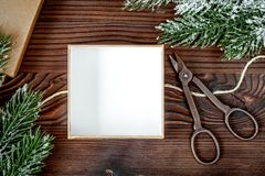 Упаковывая подарки рождества в коробках на деревянном взгляд сверху предпосылки Стоковое Изображение